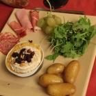 Camembert rôti au four, pommes, miel et fruits secs