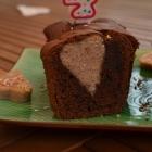 Cake au chocolat et petits coeurs à la fraise
